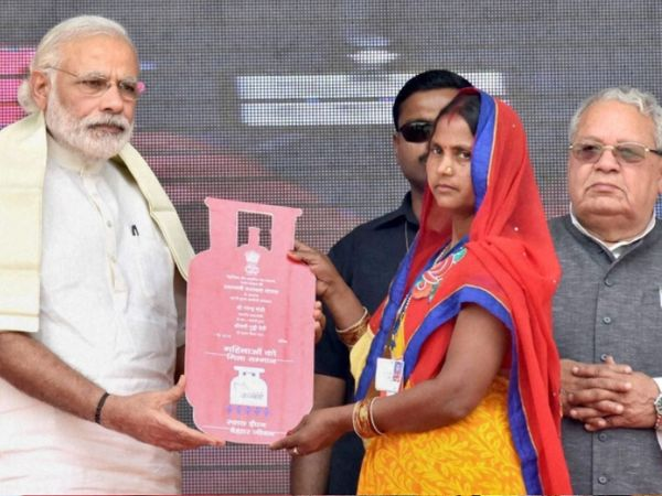 1 मई 2016 को मोदी ने उत्तरप्रदेश के बलिया शहर में उज्ज्वला योजना की शुरुआत की जिसके तहत 5 करोड़ महिलाओं को मुफ्त गैस कनेक्शन देने का टारगेट रखा गया।