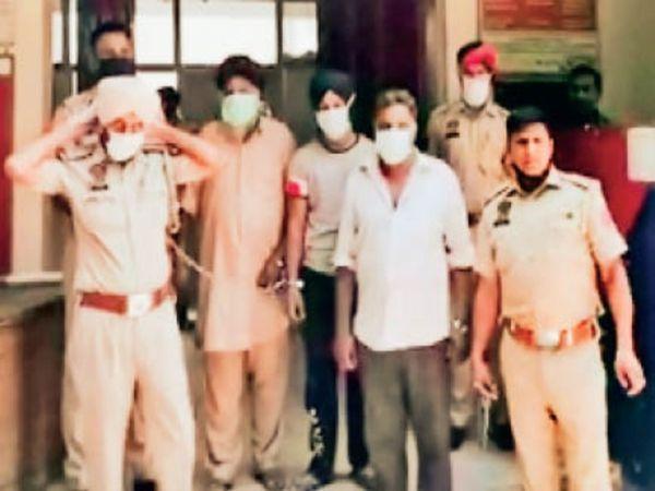 आरोपियों को अदालत में पेश करने के लिए ले जाती पुलिस। - Dainik Bhaskar