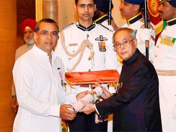 साल 2014 में पूर्व राष्ट्रपति प्रणव मुखर्जी के हाथों से पद्मश्री लेते हुए।
