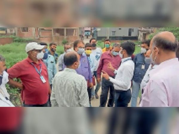 नाला निर्माण के लिए स्थल निरीक्षण करते नगर आयुक्त व एनएचएआई के इंजीनियर। - Dainik Bhaskar