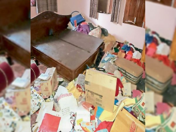 सूने घर में चोरों द्वारा बिखेरा गया सामान। (इनसेट) कीमती फ्रिज जल गया। - Dainik Bhaskar
