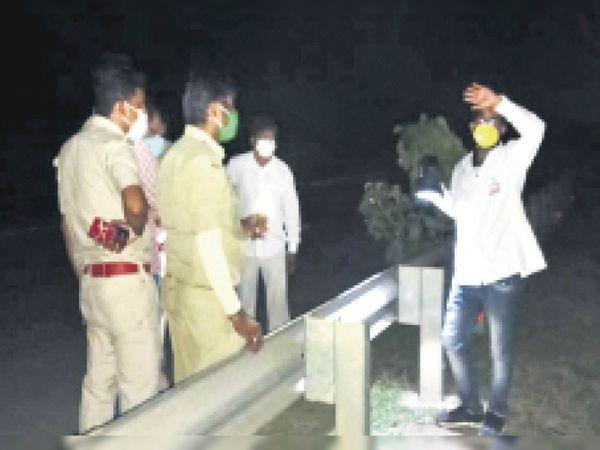 रिठोला चौराहे पर शनिवार रात मिले कंकाल की जांच करती टीम। - Dainik Bhaskar