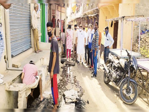शहर में नालों की सफाई की व्यवस्था देखते सभापति। - Dainik Bhaskar