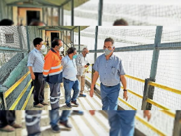 घोसुंडा बांध का निरीक्षण करते कलेक्टर। - Dainik Bhaskar