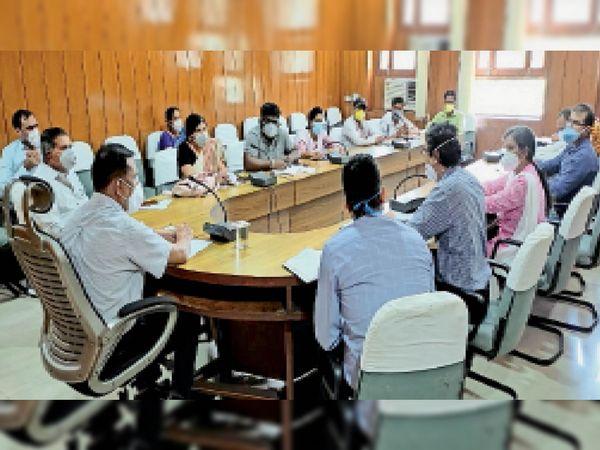 अनाथ बच्चों के प्रोजेक्ट को लेकर अधिकारियों की बैठक लेते जिला कलेक्टर। - Dainik Bhaskar