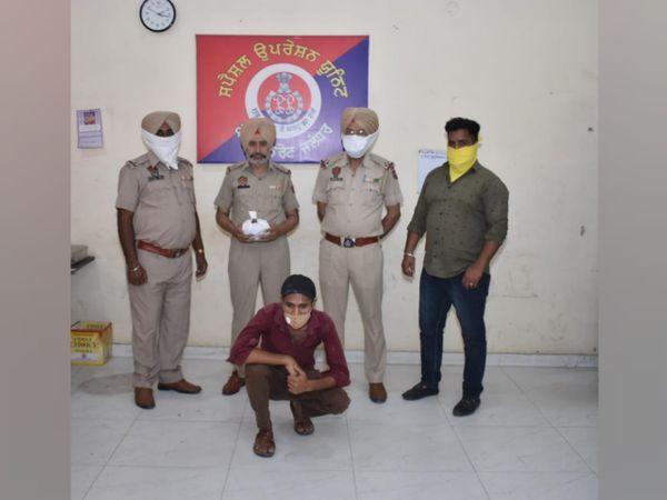 नशीली गोलियों समेत पकड़े आरोपी के साथ स्पेशल ऑपरेशन यूनिट की टीम। - Dainik Bhaskar