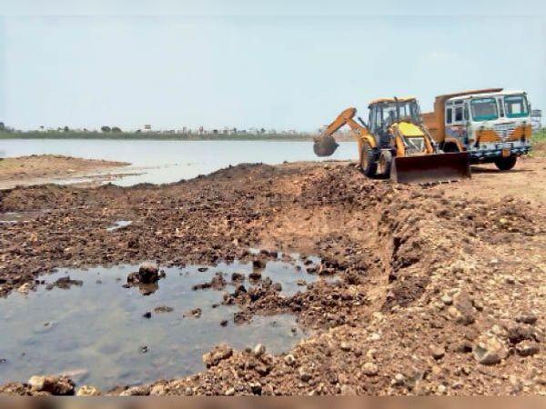महू. काकड़पुरा तालाब में गहरीकरण का कार्य चल रहा हैं। - Dainik Bhaskar