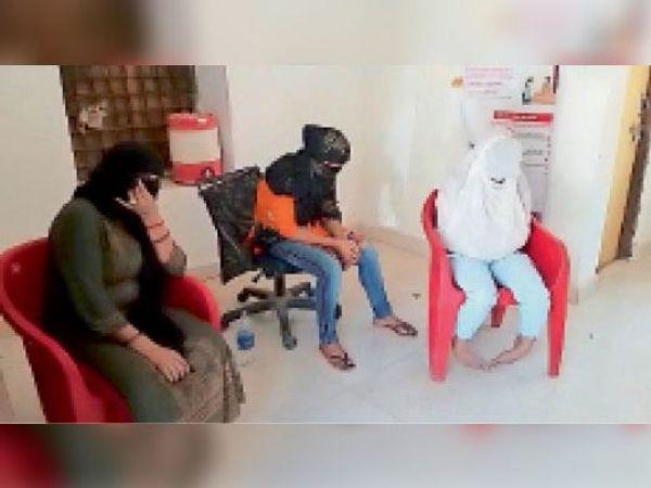 छतरपुर| पुलिस थाना परिसर में बैठी महिलाएं। - Dainik Bhaskar