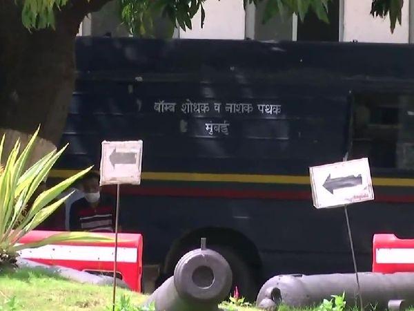 घटनास्थल पर मौजूद बम निरोधक दस्ते की गाड़ी।