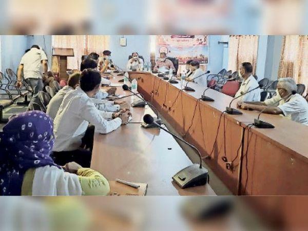 राजनगर बैठक में अधिकारियों से चर्चा करते जिला सीईओ। - Dainik Bhaskar