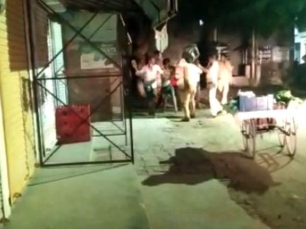वसूली करने पहुंची पुलिस पर ठेले वालों ने हमला कर दिया। - Dainik Bhaskar