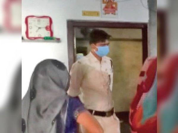 चिल्लोद पिपलिया में चोरी को लेकर पड़ताल करते पुलिसकर्मी। - Dainik Bhaskar