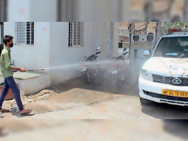 बीपीएल चौराहा पर सैनिटाइजेशन करते नपा कर्मचारी - Dainik Bhaskar