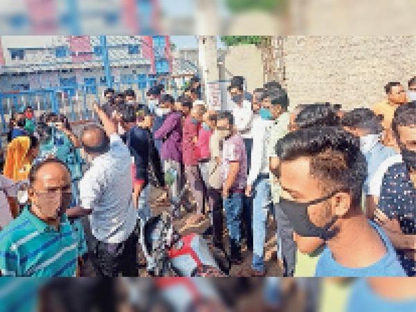 समय से पहले टोकन बांटने पर विरोध-प्रदर्शन करते लोग। - Dainik Bhaskar
