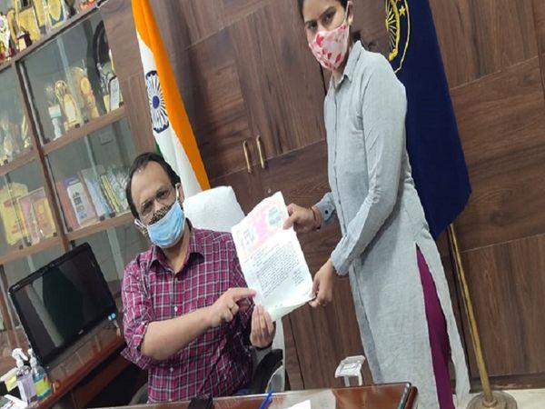 बेमेतरा नगर पालिका परिषद की पार्षद नीतू कोठारी ने कलेक्टर को अपना इस्तीफा सौंप दिया है। - Dainik Bhaskar
