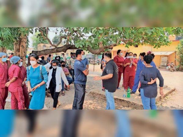 अधीक्षक और कोविड प्रभारी सहित मेडिकल स्टाफ परपा थाना में रिपोर्ट दर्ज कराने पहुंचा। - Dainik Bhaskar