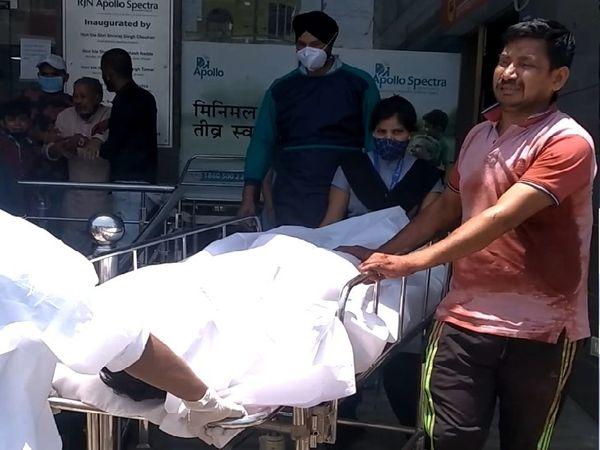 फाइल फोटो, हत्या वाले दिन मृत घोषित करने के बाद शव को ले जाते परिजन