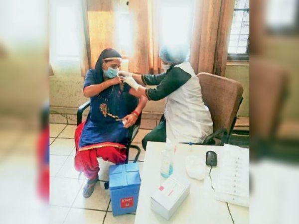 टीकाकरण करते हुए स्वास्थ्य विभाग की टीम - Dainik Bhaskar