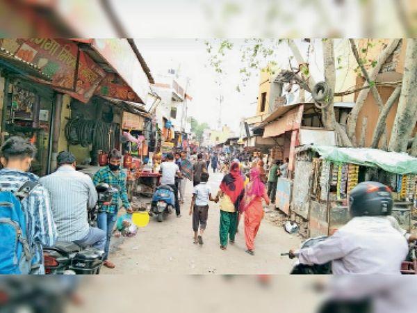 टिकरी बॉर्डर पर खुले बाजार में घूम रहे लोग, नहीं कर रहे लाॅकडाउन के नियमों का पालन। - Dainik Bhaskar