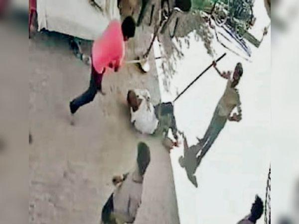 राई. वायरल वीडियो में व्यक्ति को पीटते 4-5 युवक। - Dainik Bhaskar