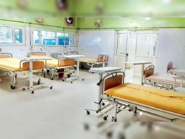 जींद. सिविल अस्पताल के इमरजेंसी वार्ड में खाली पड़े बेड। - Dainik Bhaskar