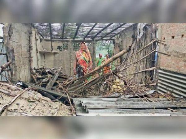 चक्रवाती तूफान के कारण ध्वस्त हुआ मकान। - Dainik Bhaskar