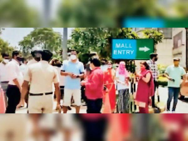 ड्राइव थ्रू में वैक्सीन लगवाने के लिए हंगामा करते पैदल व टू-व्हीलर पर पहुंचे - Dainik Bhaskar