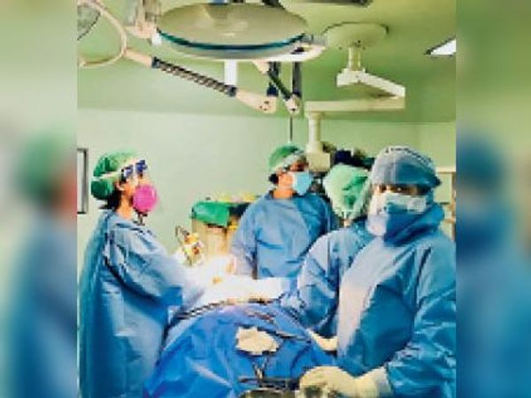 ब्लैक फंगस के पहले मरीज के  आपरेशन का फाइल फोटो। - Dainik Bhaskar