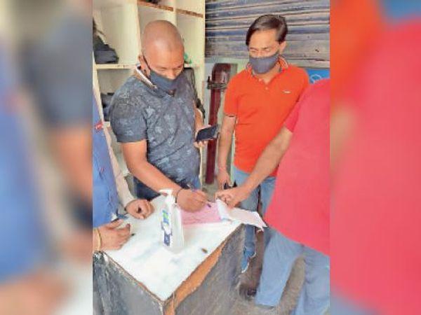 आदेशों की अवहेलना करने पर चालान करती नप की टीम। - Dainik Bhaskar