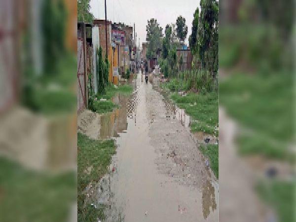 डाकबंगला रोड में सड़क पर जलजमाव की स्थिति। - Dainik Bhaskar