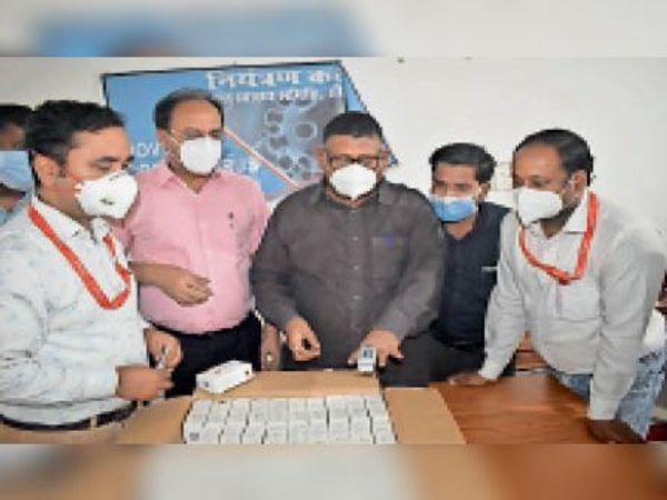 सीएस काे पल्स ऑक्सीमीटर देते संस्था के सदस्य। - Dainik Bhaskar