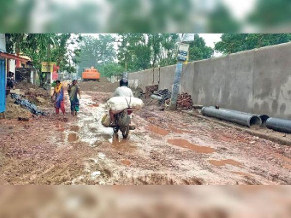 जीडी कॉलेज के पीछे की सड़क। बारिश के बाद स्थिति इतनी गंभीर हो गई है कि रोज दो-चार राहगीर गिर रहे हैं। - Dainik Bhaskar