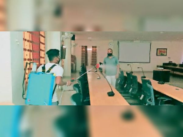 कलेक्टोरेट भवन के मीटिंग हॉल और कार्यालय परिसर को सैनिटाइज करते नपा कर्मचारी। - Dainik Bhaskar