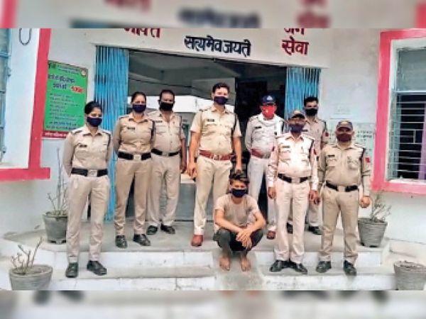 छतरपुर|पुलिस की गिरफ्त में आरोपी। - Dainik Bhaskar