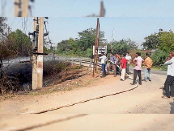 आग फायरब्रिगेड कर्मचारियों ने बुझाया। - Dainik Bhaskar