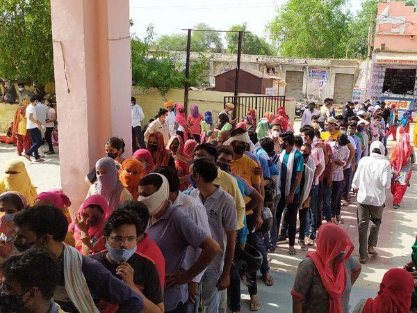 वैक्सीनेशन सेंटर पर पहुंची भीड़। - Dainik Bhaskar
