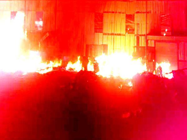 सिरसा के मोरीवाला स्थित सालासर प्लाईवुड फैक्ट्री में लगी आग से उठती लपटें। - Dainik Bhaskar