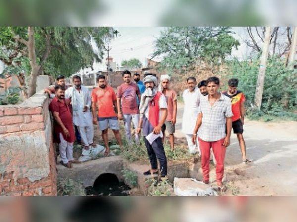 सिरसा। गांव मोडियाखेड़ा में पानी को लेकर रोष जताते ग्रमीण। - Dainik Bhaskar