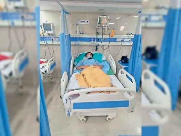 यमुनानगर|अस्पताल में उपचाराधीन रोहित। - Dainik Bhaskar