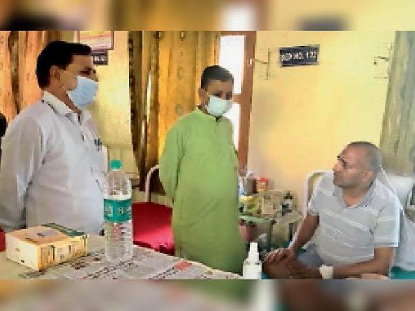 बिलासपुर अस्पताल में उपचाराधीन मरीज का कुशल क्षेम पूछते राजेंद्र गर्ग। - Dainik Bhaskar