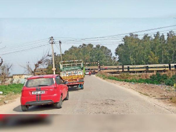 इस जगह पर रेलवे लेवल क्रॉसिंग पर अंडर पास बनाया जाएगा। - Dainik Bhaskar