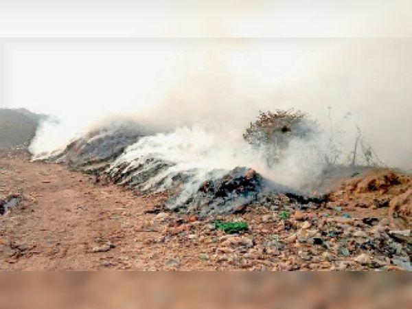 केंदूवाल के कचरा साइट पर लगी आग। - Dainik Bhaskar