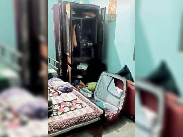 घर में चोरी के बाद बिखरे पड़े सामान। - Dainik Bhaskar