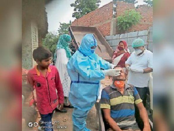 पैना गांव में कोरोना की जांच करती स्वास्थ्य विभाग की टीम। - Dainik Bhaskar