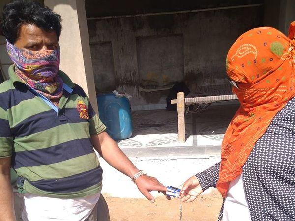 मरीज की जांच करती चिकित्साकर्मी - Dainik Bhaskar