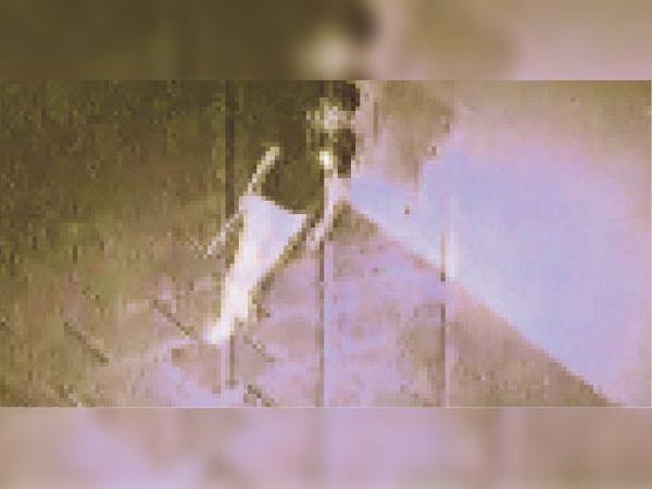 एसबीआई के अंदर घुसे चाेर के फुटेज। - Dainik Bhaskar