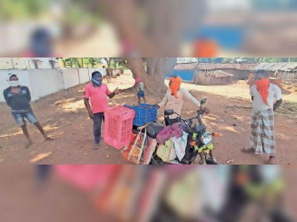 गांव में जैसे ही बाहर से सब्जी वाला पहुंचा उसे लौटाया।       गांव के लोगों को वैक्सीन लगवाने समझाईश देते गांव के सरपंच। - Dainik Bhaskar