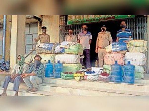 बरामद सामान के साथ उत्पाद विभाग के अधिकारी। - Dainik Bhaskar