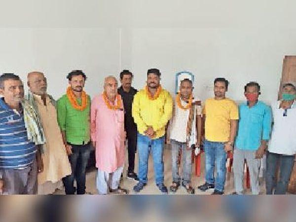 मनोनयन के मौके पर मौजूद हाट संघ के कार्यकर्ता। - Dainik Bhaskar