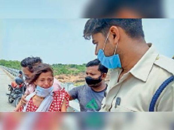 युवती को नर्मदा पुल से पुलिस लाई। - Dainik Bhaskar